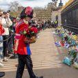 De nombreux hommages, des fleurs et des mots ont été déposés devant le palais de Buckingham à Londres, suite au décès du prince Philip, duc d'Edimbourg. Le 9 avril 2021
