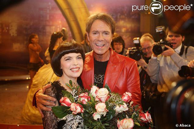 Mireille Mathieu et Cliff Richard sur le plateau d'une émission allemande (31 octobre 2009)
