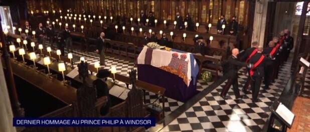 La reine Elizabeth aux obsèques : seule face au cercueil du prince Philip, moment fort