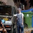 Exclusif - Kelly Osbourne aide son compagnon Erik Bragg à réparer sa voiture sur un trottoir de Los Angeles le 11 avril 2021.