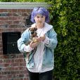 Exclusif - Kelly Osbourne et son chien à la sortie du domicile de son frère Jack à Los Angeles, le 28 mars 2020.