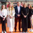 """Le roi Willem-Alexander et la reine Maxima des Pays-Bas avec leurs filles la princesse Alexia des Pays-Bas, la princesse Ariane des Pays-Bas et la princesse Catharina-Amalia des Pays-Bas - La famille royale des Pays-Bas assiste aux répétitions du groupe """"The Streamers"""" juste avant le concert à l'occasion de la fête du Roi (Koningsdag), anniversaire du roi (54 ans) à La Haye, le 27 avril 2021."""