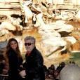 Penélope Cruz, avec Pedro Almodovar, a fait escale au bord de la fontaine de Trevi, à Rome, pour un énième photocall des Etreintes Brisées...