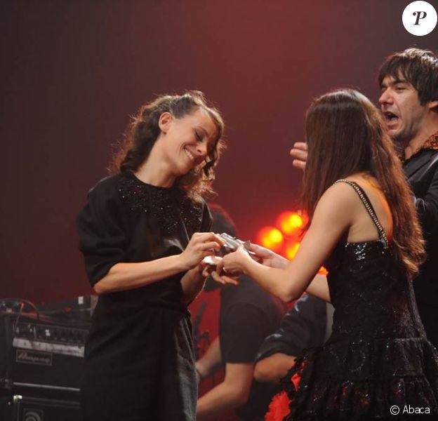 Emily Loizeau se voyait remettre, ce lundi 9 novembre, par Olivia Ruiz, le 8e Prix Constantin à l'Olympia. Ce prix récompense une révélation musicale française chaque l'année.