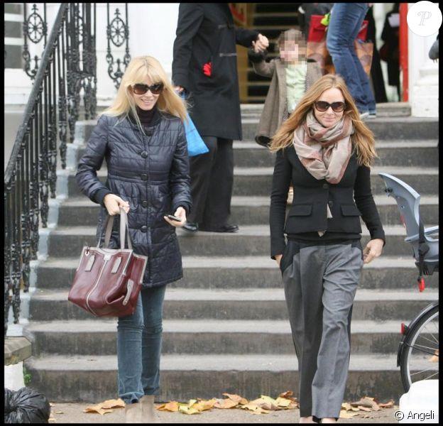 Claudia Schiffer et Stella McCartney ont accompagné ensemble leurs enfants à l'école le 18 novembre 2009 à Londres
