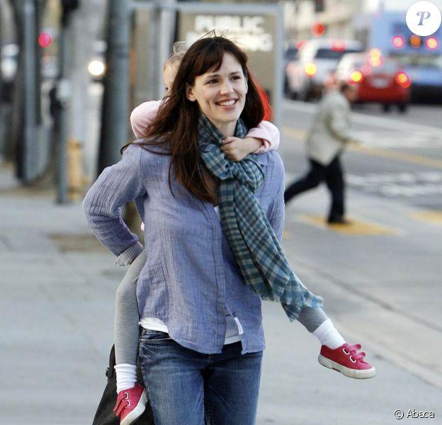 Jennifer Garner et sa fille Violet Affleck se promènent dans Santa Monica à Los Angeles le 21 novembre 2009