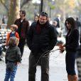 Mary-Louise Parker se promène avec son fils William et Alec Baldwin à Washington Square, à New York, le 26 novembre 2009.