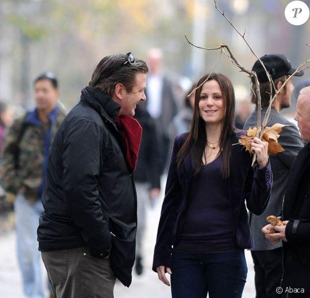 Mary-Louise Parker se promène avec Alec Baldwin à Washington Square, à New York, le 26 novembre 2009.