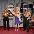 Amanda Lear a fêté son 63e anniversaire comme il se doit, au Théâtre de la Renaissance, le 18 novembre dernier... Avalanche de macarons... et de beaux mecs : Amanda a dû se régaler !