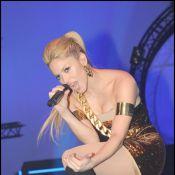 Quand Shakira se tortille dans une mini-robe... qui se déchire sur scène ! Oups !