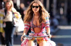Quand un Ange de Victoria's Secret fait du vélo... en pleine rue et en petite tenue !