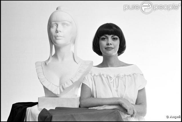 Mireille Mathieu prend ainsi la pose pour le buste de la non moins célèbre Marianne en 1978 sous l'oeil du grand sculpteur Aslan.