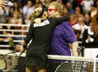 Quand la belle Anna Kournikova exhibe ses gambettes, sa sublime bague et met une décullotée... à Elton John !