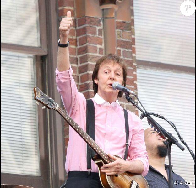 Paul McCartney envoie un message de soutien à Johnny Hallyday sur lantenne de RTL, le 11 novembre 2009.