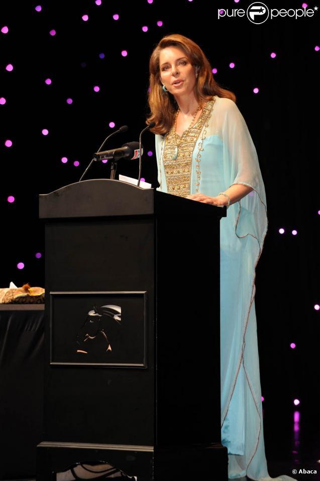 La reine Noor de Jordanie s'exprime au cours de la conférence Cultural Bridge dans le cadre du festival de Dubaï, le 13 décembre 2009