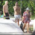 Repos au bord de la piscine pour Kelly Osbourne et Luke Worrall, avant d'être surpris par la présence d'une tornade au large. À Miami, le 14 décembre 2009.