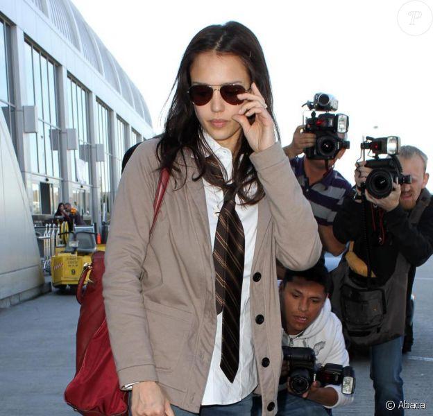 Jessica Alba en route pour Dallas dans un style très masculin. Le 16/12/09 à l'aéroport de Los Angeles