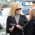 Malgré une opération suite à un cancer, Melanie Griffith fume une cigarette pendant une conversation avec sa fille Stella Banderas à Aspen le 22 décembre 2009.