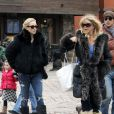 Kate Hudson, sa mère Goldie Hawn, son frère Olivier Hudson accompagné de sa femme, Erinn Bartlett, très enceinte, en vacances à Aspen et recontrent leur amie Melanie Griffith le 22 décembre 2009