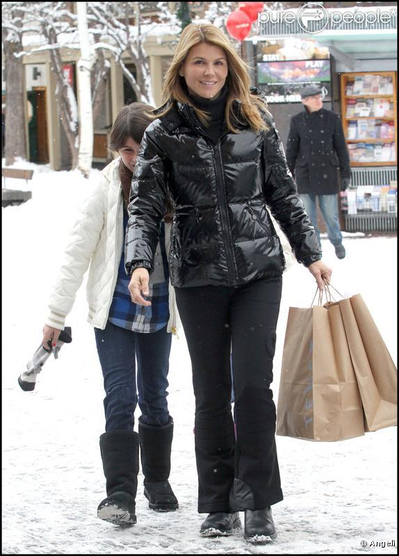Lori Loughlin se promène à Aspen avec ses deux filles, Isabella Rose et Olivia Jade Giannulli le 23 décembre 2009