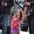 Suri est pour une fois habillée comme une petite fille : ballerines jaunes, jupette et top ample ! Cela change ! (Boston-USA, 30 septembre 2009)