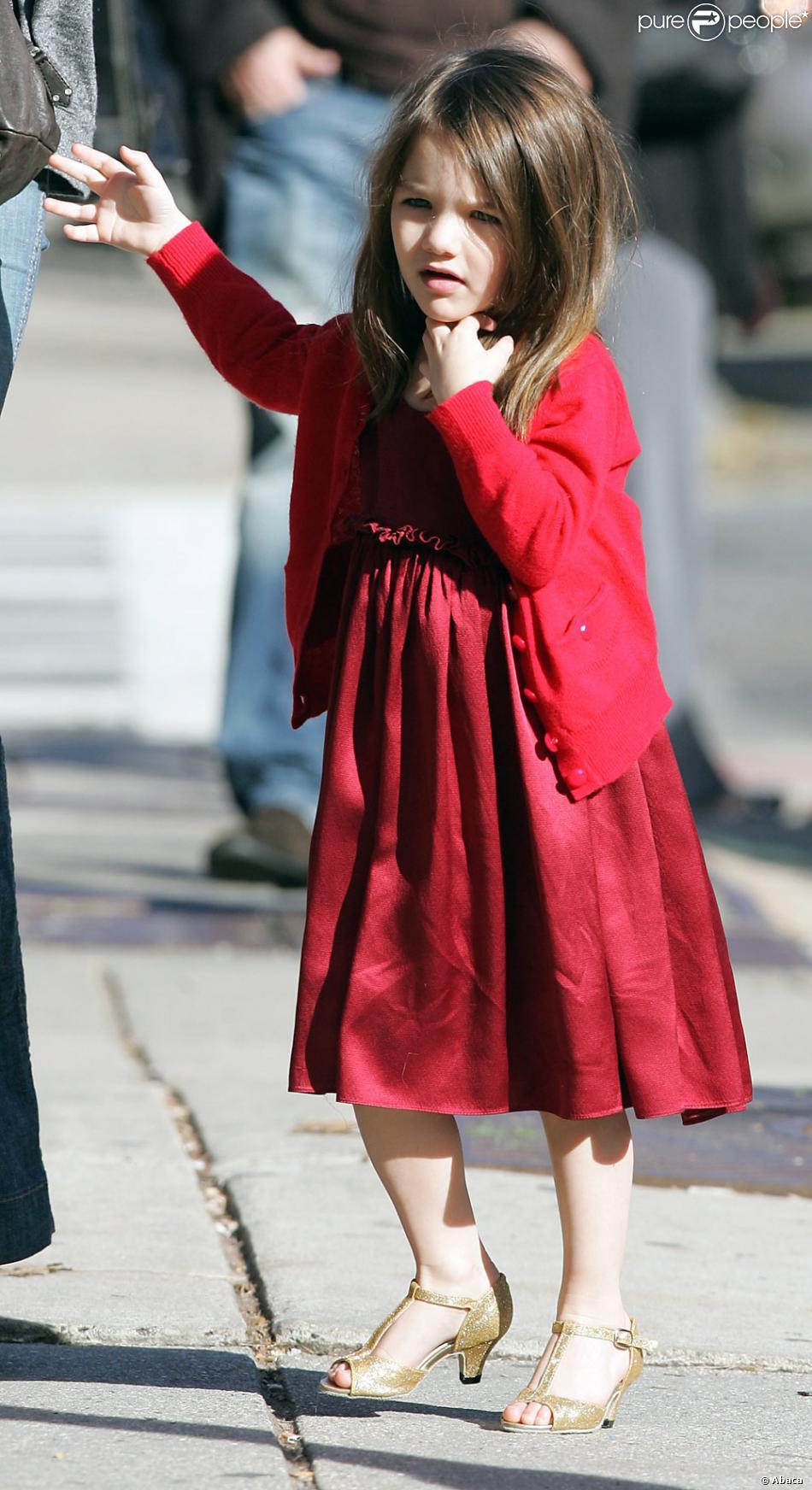 suri porte une l gante robe rouge avec des chaussures talons dor es boston usa 26. Black Bedroom Furniture Sets. Home Design Ideas