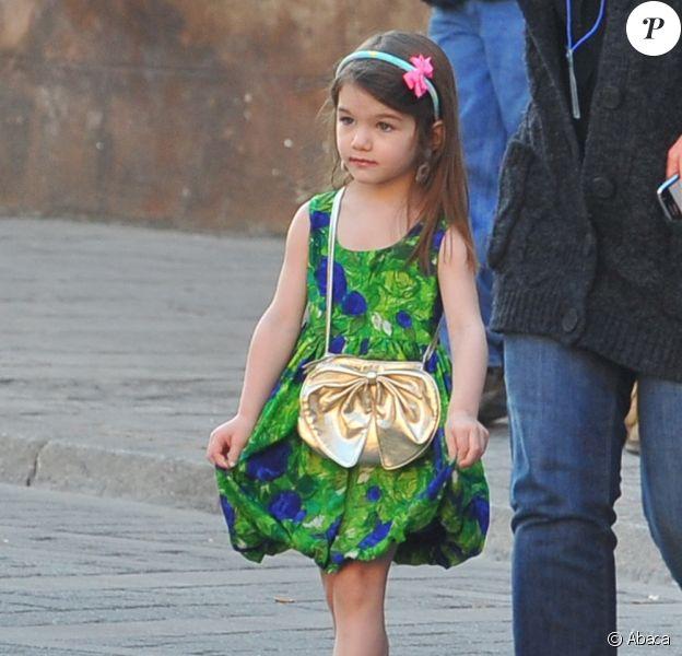 Suri en mode liberty !  Robe verte, serre-tête et... Chaussures à talons ! (Espagne, 11 décembre 2009)