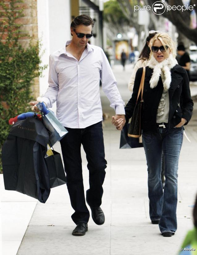 Nicollette Sheridan et Steve Pate, le nouvel homme de sa vie, en promenade amoureuse à Los Angeles le 27/12/09.