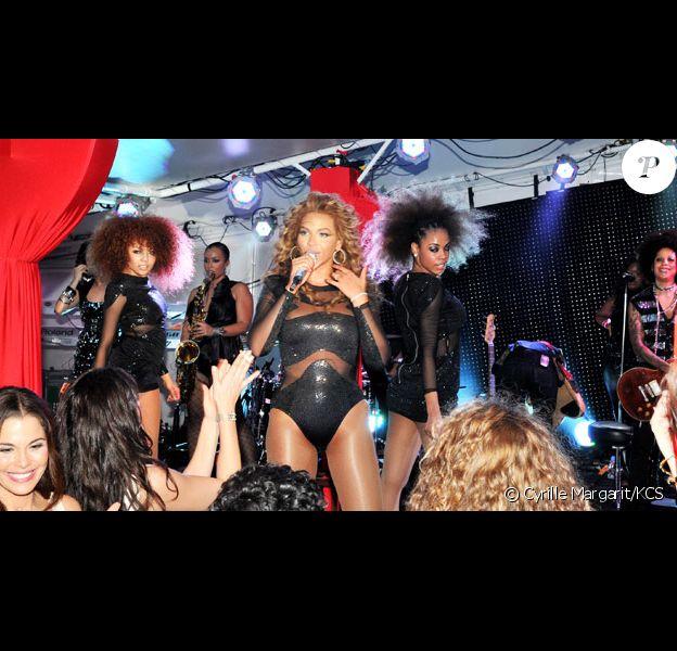 Beyoncé lors de la soirée au Nikki Beach Restaurant organisée par le joaillier David Morris à Saint-Barthélémy le 31 décembre 2009 : la chanteuse donne un concert privé et arbore des boucles d'oreilles et bracelets signé D. Morris !