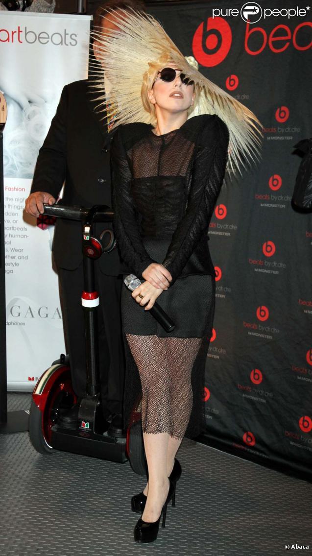 Lada Gaga à la convention de Polaroid, le 7 janvier 2010