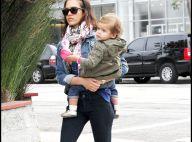 Jessica Alba, absorbée par sa fille Honor, se fait voler son sac... par son séduisant Cash !