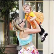 Busy Philipps, de Cougar Town, lance sa petite Birdie en l'air pour qu'elle prenne son envol !
