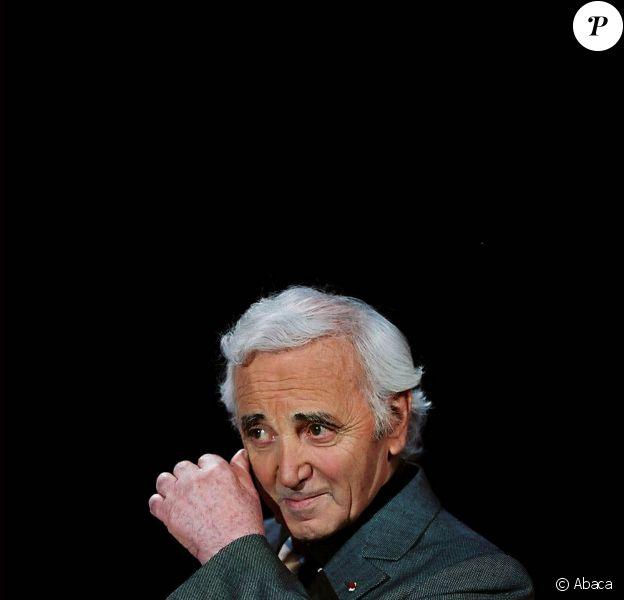 Charles Aznavour chante dans le clip d'Un geste pour Haïti Chérie.