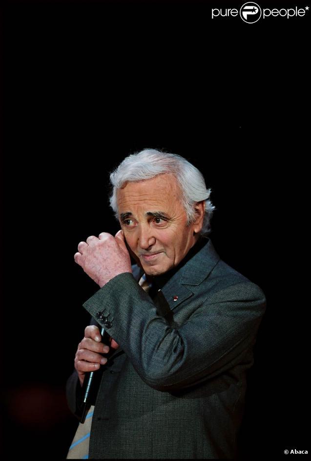 Charles Aznavour chante dans le clip d' Un geste pour Haïti Chérie.