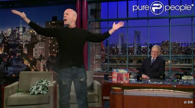 Bruce Willis fait la démonstration de son caleçon explosif devant David Letterman, à New York, le 2 février 2010 !