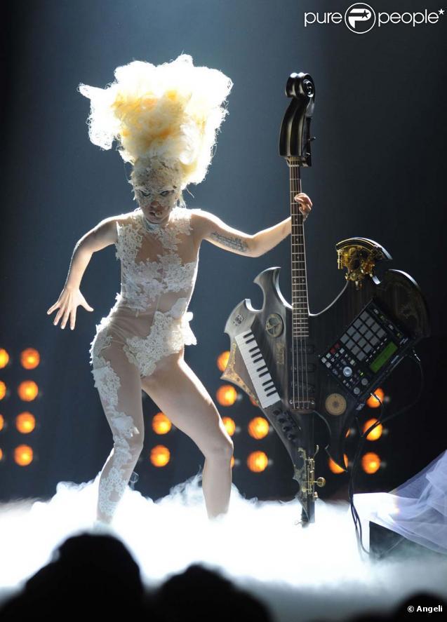 Lady Gaga interprète  Telephone  et  Dance In The Dark  en hommage à alexander McQueen, lors des Brit Awards, à Londres, le 16 février 2010 !