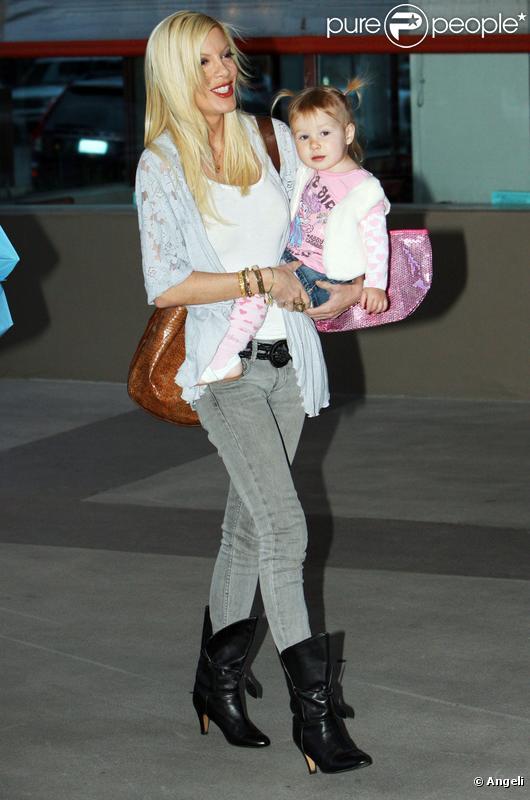 Tori Spelling et sa fille Stella en courses (19 février 2010 à West Hollywood)