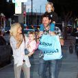 """""""La famille de Tori Spelling en courses (19 février 2010 à West Hollywood)"""""""