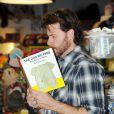 Dean McDermott lit un livre sur les pets (19 février 2010 dans un magasin de jouets de L.A.)