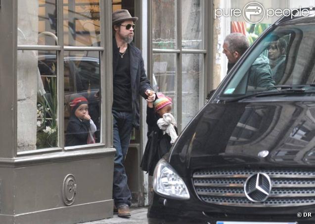 Brad Pitt et ses deux filles Zahara et Shiloh chez Bonpoint à Paris le 23 février