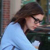 Anne Hathaway : Sans maquillage et planquée derrière ses lunettes... c'est une autre femme !