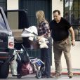 Mira Sorvino, son fils Holden et son père Paul vont au restaurant à Los Angeles le 8 mars 2010