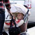 Mira Sorvino, son fils Holden et son père Paul vont au restaurant à Los Angeles le 8 mars 2010
