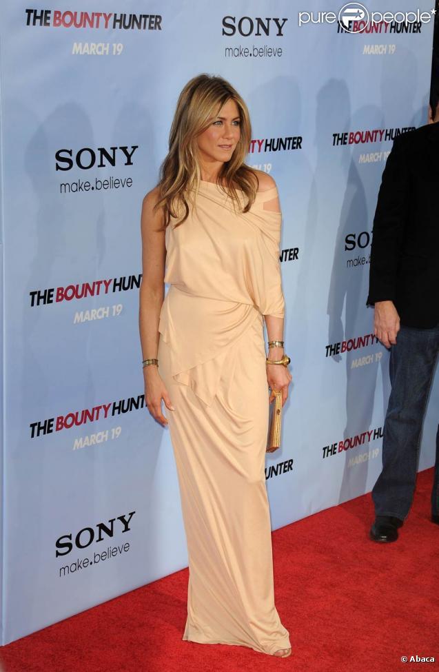 La très belle Jennifer Aniston à l'occasion de l'avant-première américaine de  The Bounty Hunter, le chasseur de primes , qui s'est tenue au Ziegfeld Theatre, à New York, le 16 mars 2010.