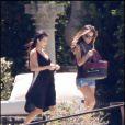 Kim Kardashian et Jennifer Lopez se retrouvent dans la villa qu'elles ont louée afin d'y organiser l'anniversaire de leur super copine Eva Longoria le 16 mars 2010 à Miami