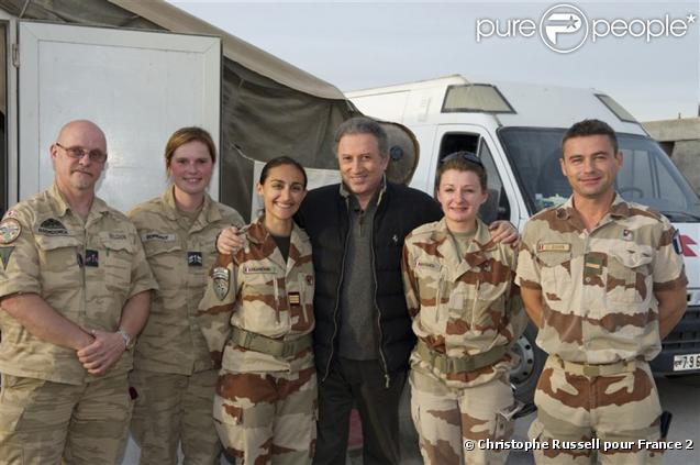 Michel Drucker, entouré de l'équipe de l'armée de l'air pour fêter les 75 ans de l'armée de l'air