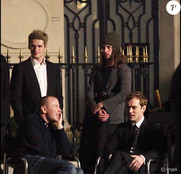 La star britannique Jude Law à l'occasion du tournage de la nouvelle pub pour le parfum Dior Homme mise en scène par Guy Ritchie, avenue Montaigne, à Paris, le 24 mars 2010.