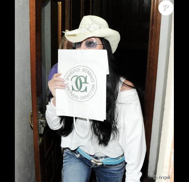 Cher sort d'un centre médical de Beverly Hills le 24 mars 2010
