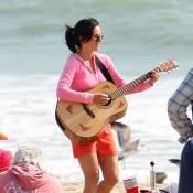Pendant que Courteney Cox joue de la guitare, Lisa Kudrow fait la tête !