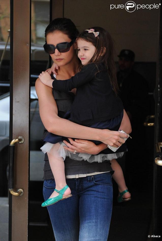 Suri Cruise et sa maman Katie Holmes à New York. 11/04/2010